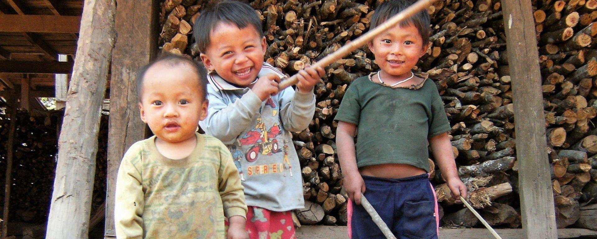 Niños akha, Laos