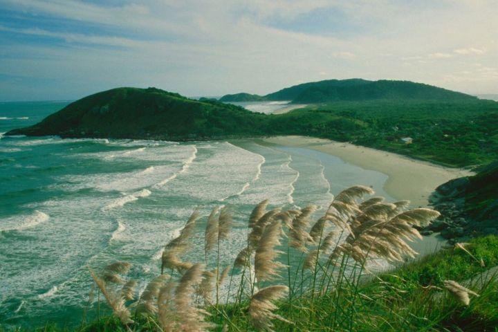 Vista de una de las playas de la isla desde el monte
