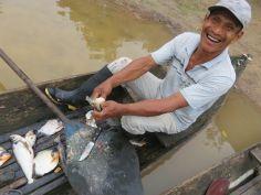 Wellington limpiando pescado en la canoa