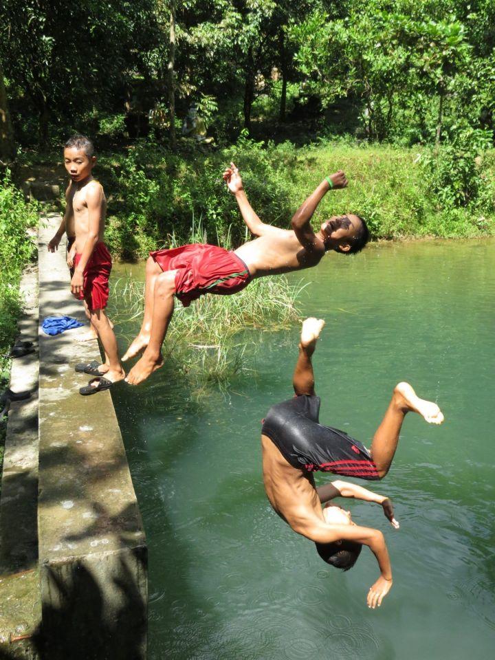 Niños bañándose en embalse al ladito de Aung Chan Thar