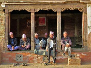 Hombres en soportales, Bhaktapur, Nepal