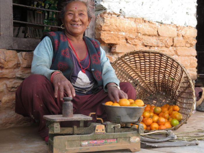 Vendedora de naranjas, Tatopani, Nepal