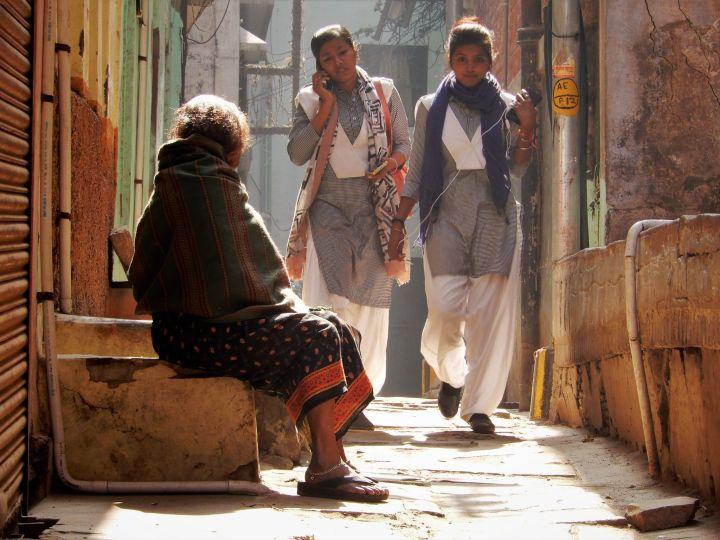 Colegialas y anciana, Benarés, Varanasi, India