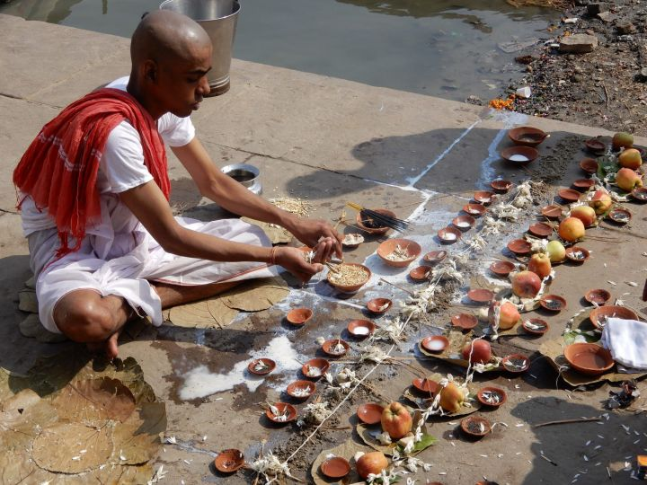 Oferente en plena ceremonia, Benarés, Varanasi, India