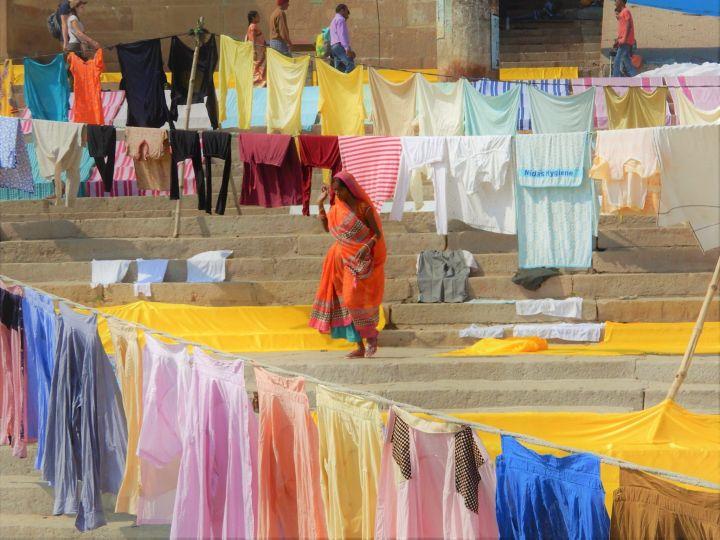 Ropa tendida en los ghats, Benarés, Varanasi, India