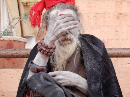 Sadhu tapándose la cara, Benarés, Varanasi, India