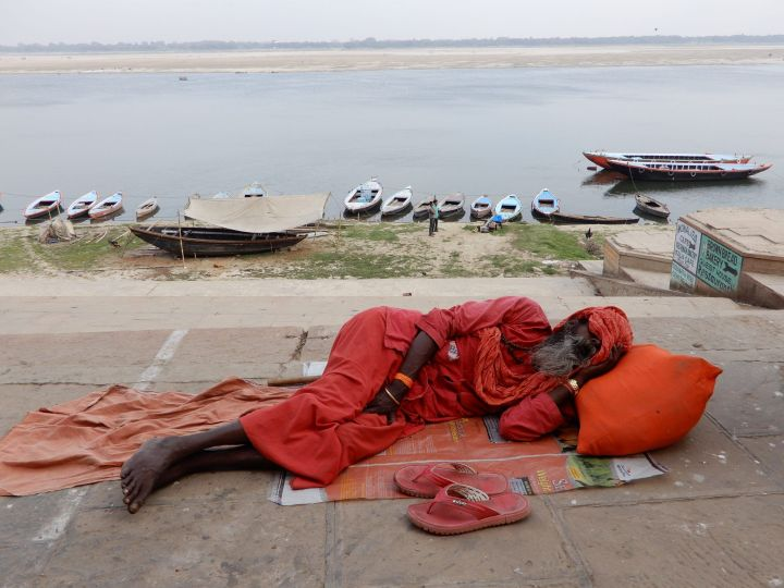 Sadhu durmiendo, Benarés, Varanasi, India