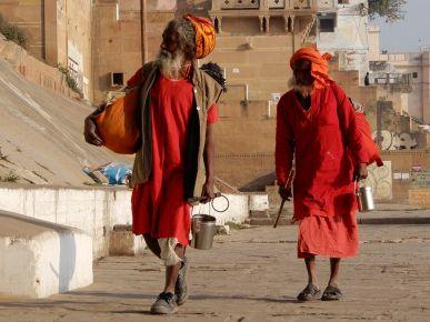 sadhus caminando, Benarés, Varanasi, India