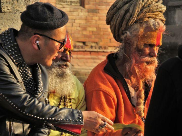 Sadhu con chino, Templo Pasupatinath, Katmandú