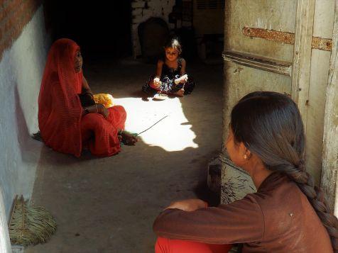 Familia a la entrada de casa, Khajuraho, India