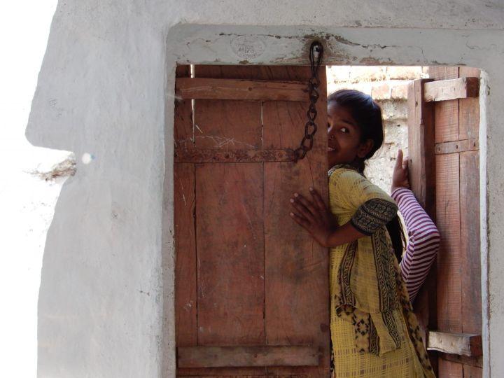 Chica y puerta, Khajuraho, India