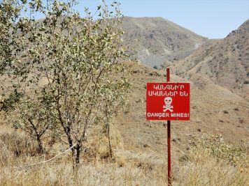 Peligro minas! -armenio e inglés-