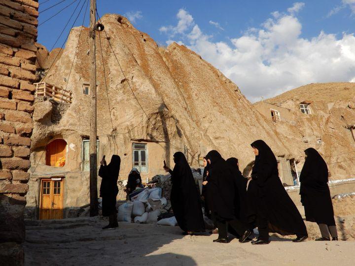 Visitantes en Kandovan, Azerbayán Oriental, Irán