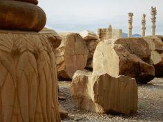 Restos de columnas en el suelo, Persépolis, Iran