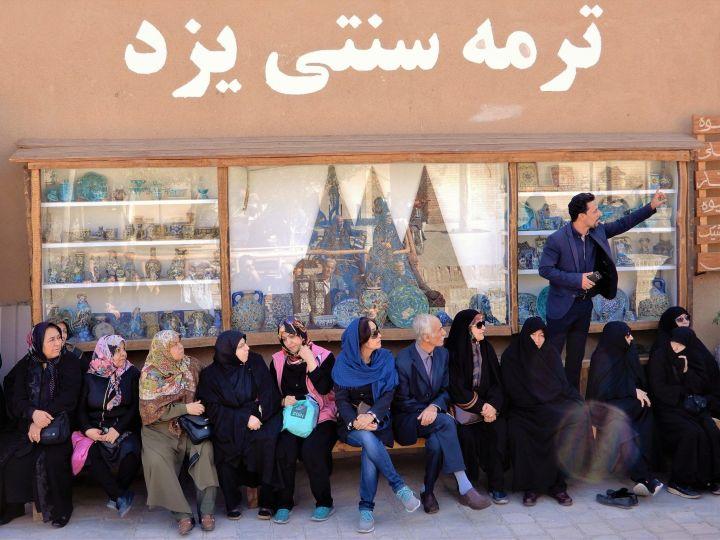 Guía turístico explicando, Yazd, Iran