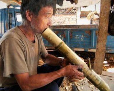 Fumando en pipa, Laos