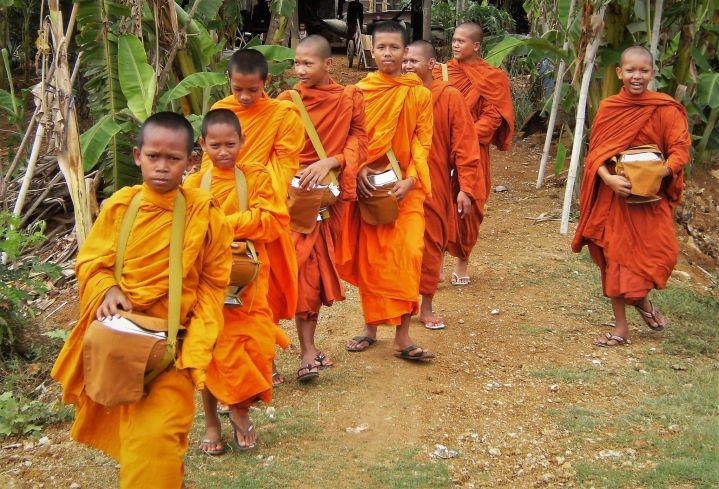 Niños monjes pidiendo limosna, Camboya
