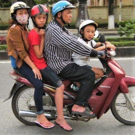 Familia sobre motocicleta