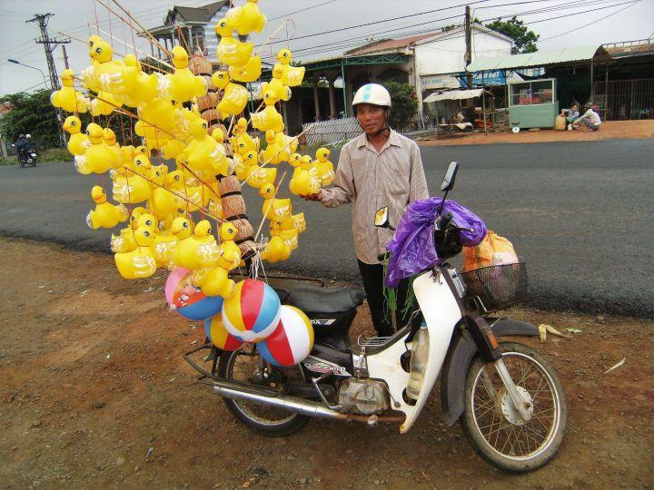 Vendedor de globos en moto