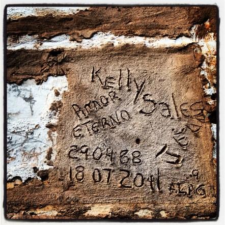 Túmulo de Kelly Ciclone, brutalmente assassinada em julho de 2011. A observação é parte de um estudo comparativo que realizo entre jovens santidades populares venezuelanas e casos similares do nordeste do Brasil. Cemitério Municipal de Portão, Lauro de Freitas-BA. #mitos #cortemalandra #cortecale #marialionza #kellycyclone, Nov/2013