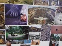 (18) Là, le solitaire comme la multitude, en pleine dévotion, foulent les Sols religieux et sacrés.