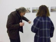 (64) «Poncer» un geste qu'il a mis en pratique en 1995, à l'Ecole des Beaux-Arts de Nantes sur «Le Sol de mon atelier» (Les Olivettes), quelques photos montrent simplement, trop simplement... cette première «Ponsée», les spectateurs apprennent qu'il s'agit d'une année de travail.