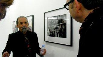 Harry Gamboa Jr. (un des 4 membres fondateurs d'ASCO)commentant (en anglais) les photographies de l'exposition
