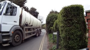 Narrow stretch of the B3401 (Calbourne Road) with intense traffic