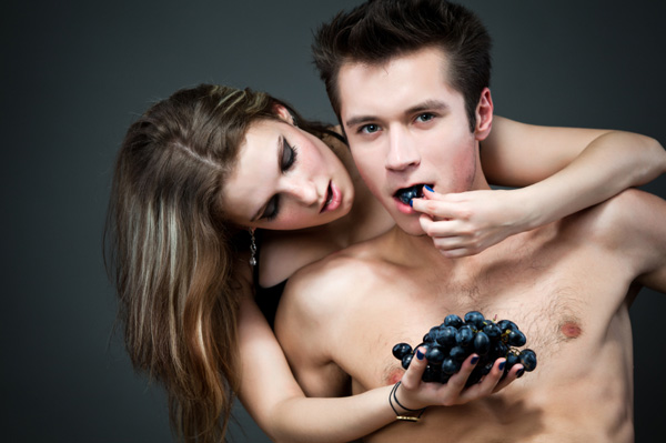 couple-eating-grapes-sexy