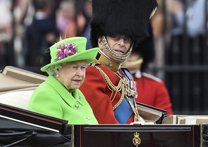 queen-elizabeth-green-screen-outfit-funny-photoshop-battle-15