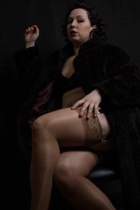 D8PSHoYV4AAKJdW 200x300 - Mistress Profiles : Nina Hiss