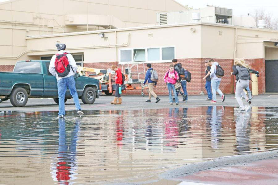 Students+splash+in+the+shallow+end+of+the+flooded+area+in+the+900s+parking+lot+last+Thursday.+The+RHS+community+has+given+this+area+the+name+%E2%80%9CLake+Roseville.%E2%80%9D+%28SINO+OULAD+DAOUD%2FEYE+OF+THE+TIGER%29