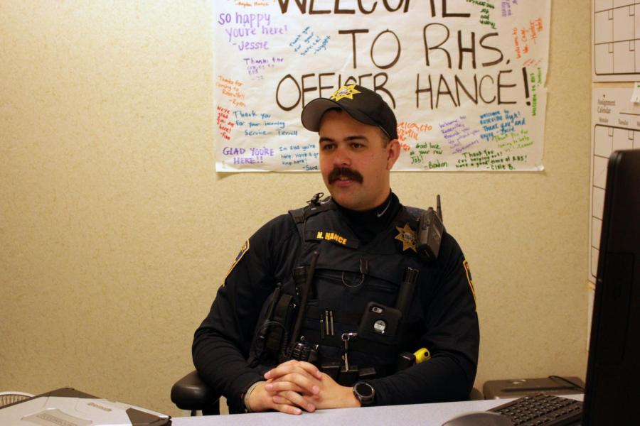 En la foto, el oficial de recurso Nathan Hance observa los estudiantes durante el segundo almuerzo. Hance adquirido el trabajo siguiendo el promocional del último oficial de Recurso, Marc Kelley, a sargento  en el Departamento de Policía en Roseville.