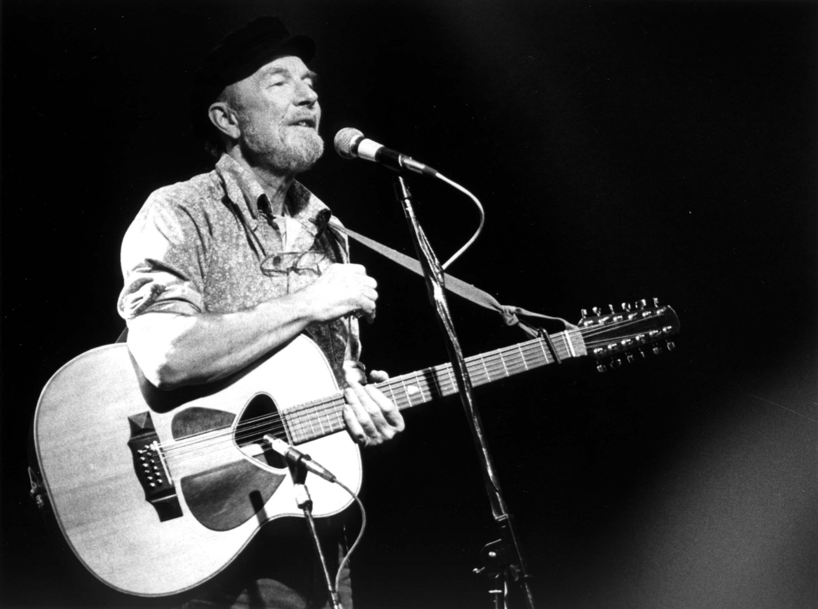 Pete Seeger in concert, 1986.
