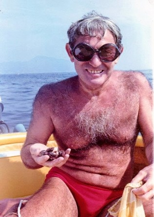 Isacco specialista nella pesca dei datteri di mare