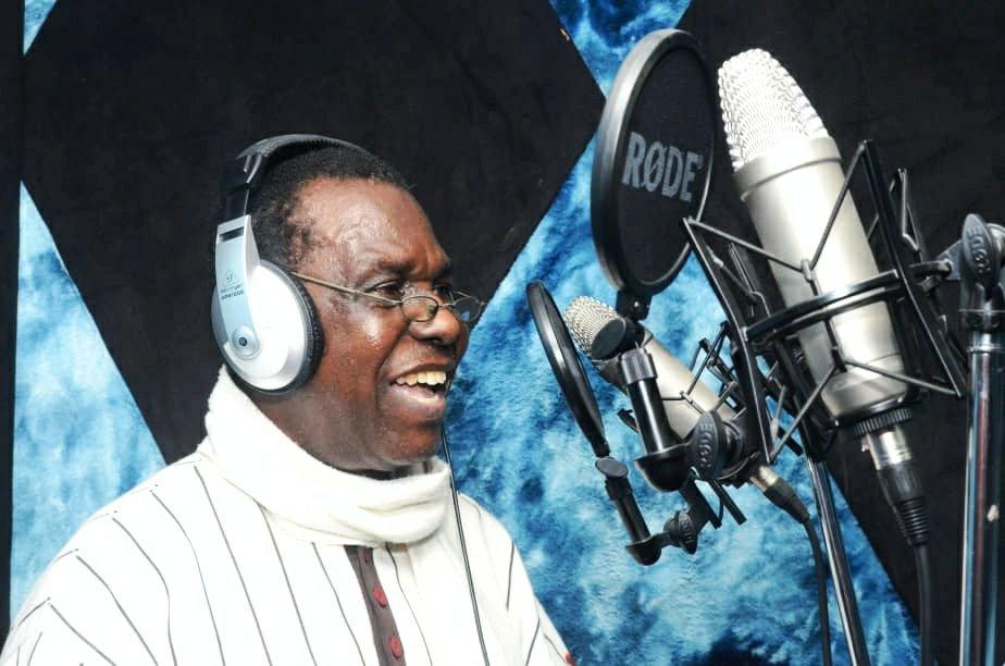 Ben Tomoloju performing in studio