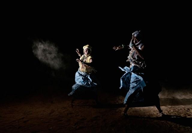"""Benin - Ouidah Gennaio 2012 Nel Benin il Voodoo è religione di stato. A Ouidah la città """"magica"""" poco distante dal confine con il Togo nel mese di Gennaio si concentrano le più importanti manifestazioni del culto Voodoo. Danze propiziatorie degli adepti Voodoo. ©SimoneStefanelli 2012"""