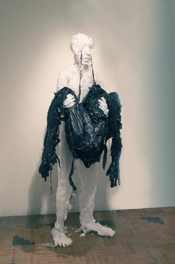 Levensgrote sculpturen van plastic zakken  EYEspired