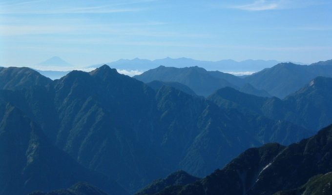 剱岳頂上からは絶景を眺めることができます。