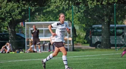 Löpstarka Freja Olofsson har dominerat på mittfältet i ÖSKs matcher i klass F15/16.