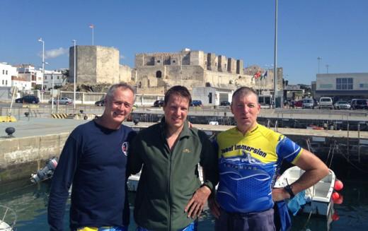 Trion som simmade över Gibraltarsundet. Lennart är mannen längst till vänster på bilden. (Bild: Privat foto publicerat av DN).