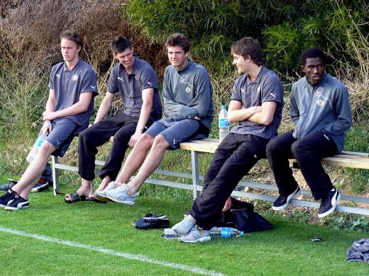 Bassombeng på bänken tillsammans med Michael Jidsjö, Peter Rosendal, Oskar Johansson och Joakim Gren. Bilden tagit under ett träningsläger på Cypern.