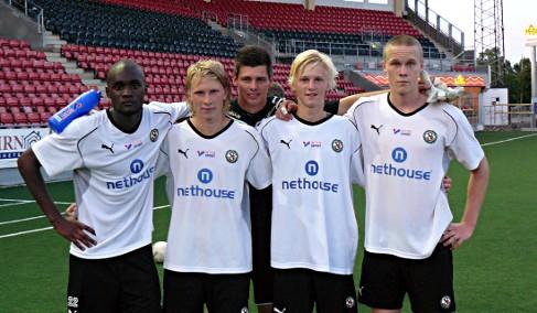 Kalle Holmbergs ÖSK-karriär började som en från Karlslunds IF inlånad spelare i ÖSK Ungdom. Här på ett målgörarfoto från år 2009 tillsammans med Boris Lumbana, Adam Botvidsson, Peter Rosendal, Kalle Holmberg och Adam Eriksson.