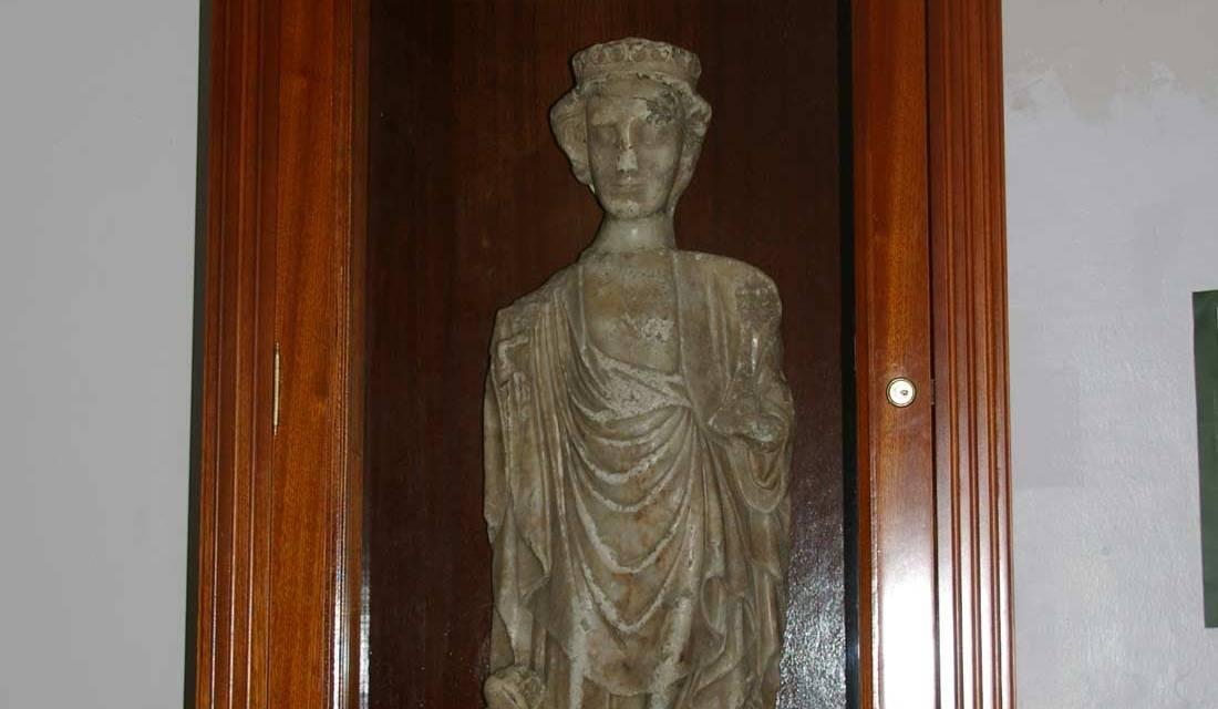 Una imagen de alabastro en la ermita de Santa Águeda