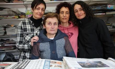 Trini Gutiérrez cierra entre lágrimas medio siglo de quiosco en Santa Teresa