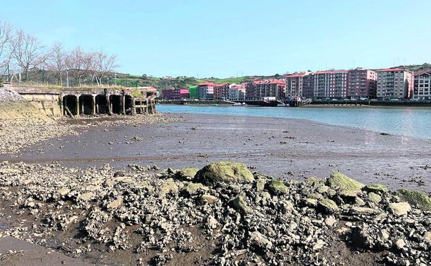 La marea baja cambia el paisaje de Barakaldo y lo aísla de Erandio
