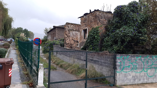 Se desploma parte de la fachada de la incendiada casa torre de más de 300 años de Beurko