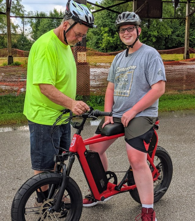 Jim from EZ E-Bikes shows a customer how to use the Juiced City Scrambler