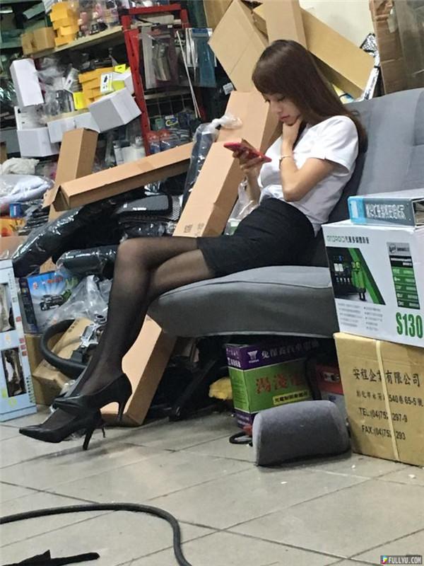 逛汽車精品百貨捕獲「超正窄裙OL」網友暴動:「Rion是你」