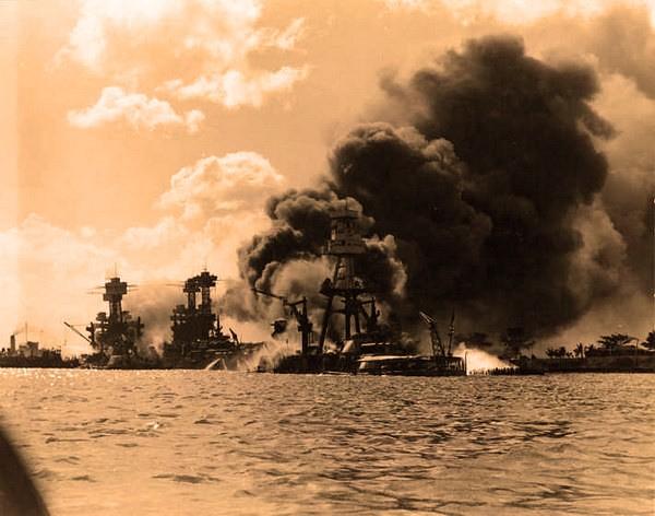 Нападение на Перл Харбор горят корабли